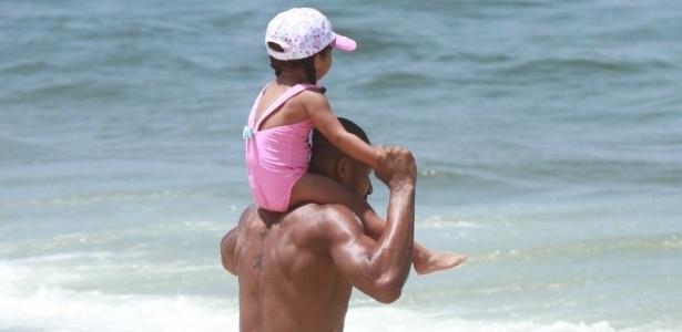 Leandrinho brinca com a filha, Alícia, na praia da Reserva, no Rio de Janeiro (24/2/12)