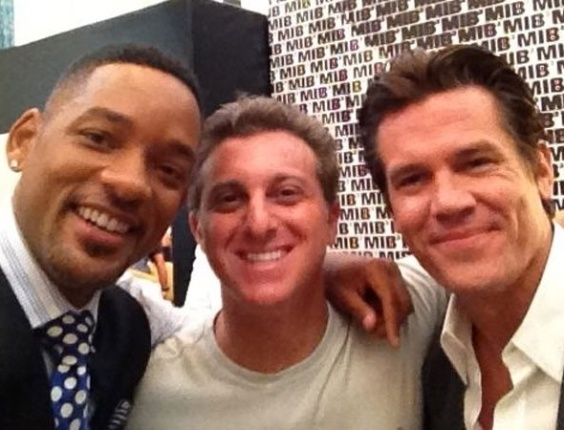 Luciano Huck com os atores Will Smith e Josh Brolin, no Copacana Palace (24/2/12)