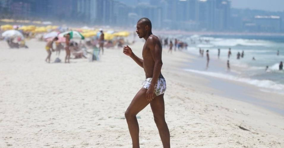 O jogador de basquete Leandrinho esteve com a família na Praia da Reserva nesta sexta (24/2/12)