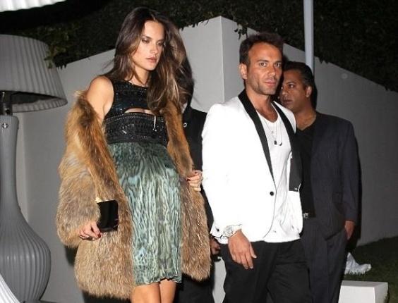 O stylist Matheus Mazzafera postou em sua conta no Twitter uma foto com Alessandra Ambrósio na pré-festa do Oscar nesta sexta-feira em Los Angeles, EUA (24). A modelo está grávida de seis meses de seu segundo filho (24/2/12)