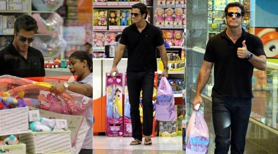 O ator Carlos Machado faz compras em uma loja de brinquedos na zona oeste do Rio (27/2/12)