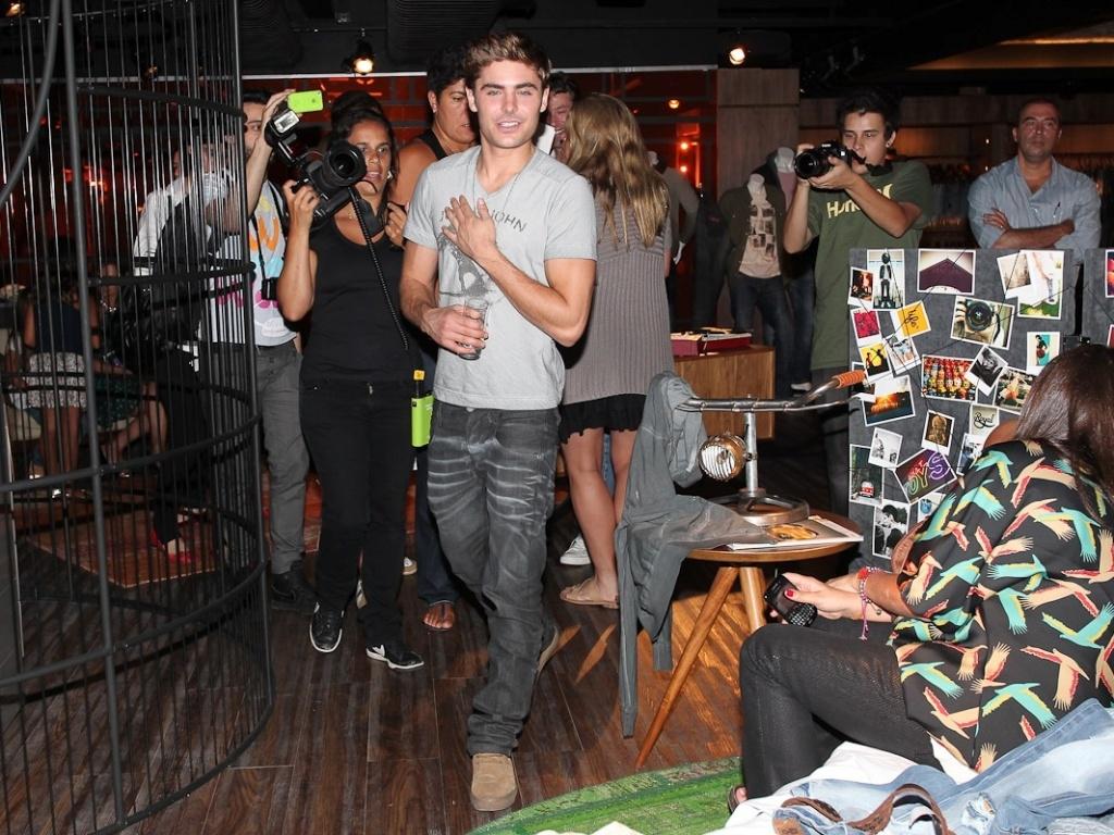 Após cancelar presença em inauguração de lojas em São Paulo e Campinas, Zac Efron visita showroom da marca John John, na Vila Olímpia, em São Paulo (28/2/12)