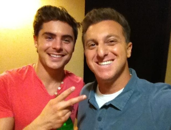 No Facebook, Luciano Huck posta foto ao lado do ator Zac Efron (28/2/12)