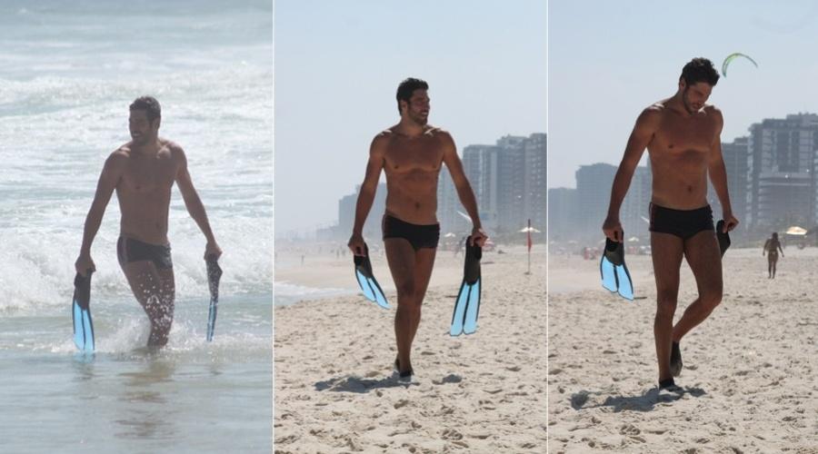 Victor Pecoraro curte praia na zona oeste do Rio (28/2/2012)