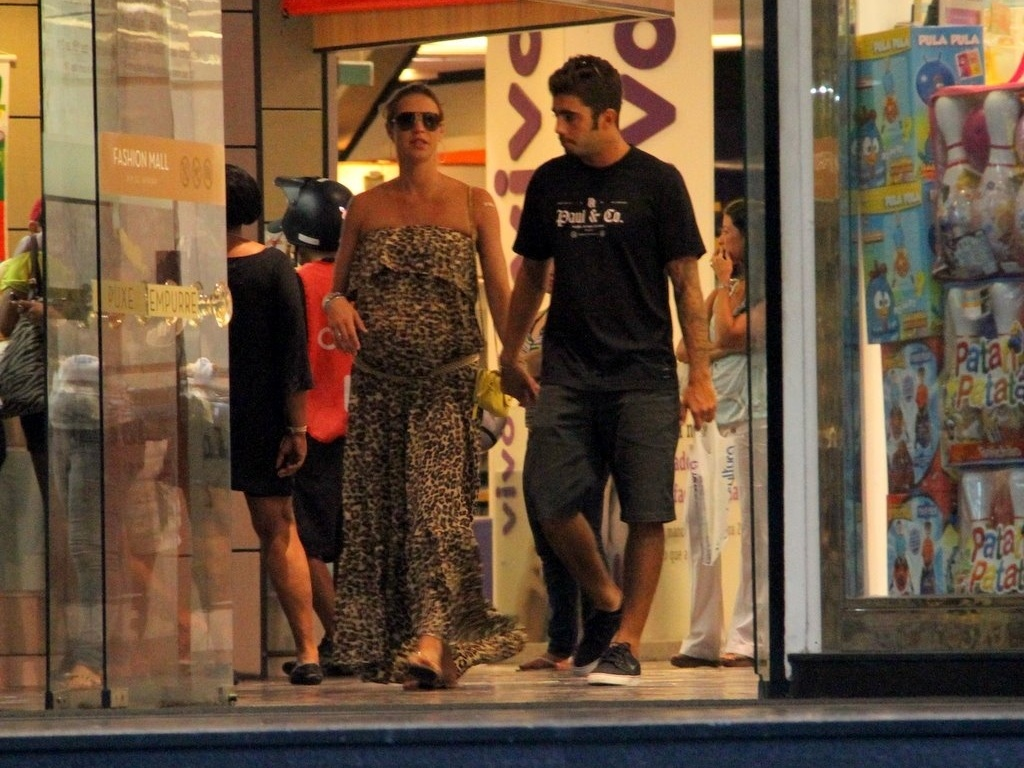Luana Piovani e o marido, Pedro Scooby, passeiam em shopping do Rio (29/2/2012)
