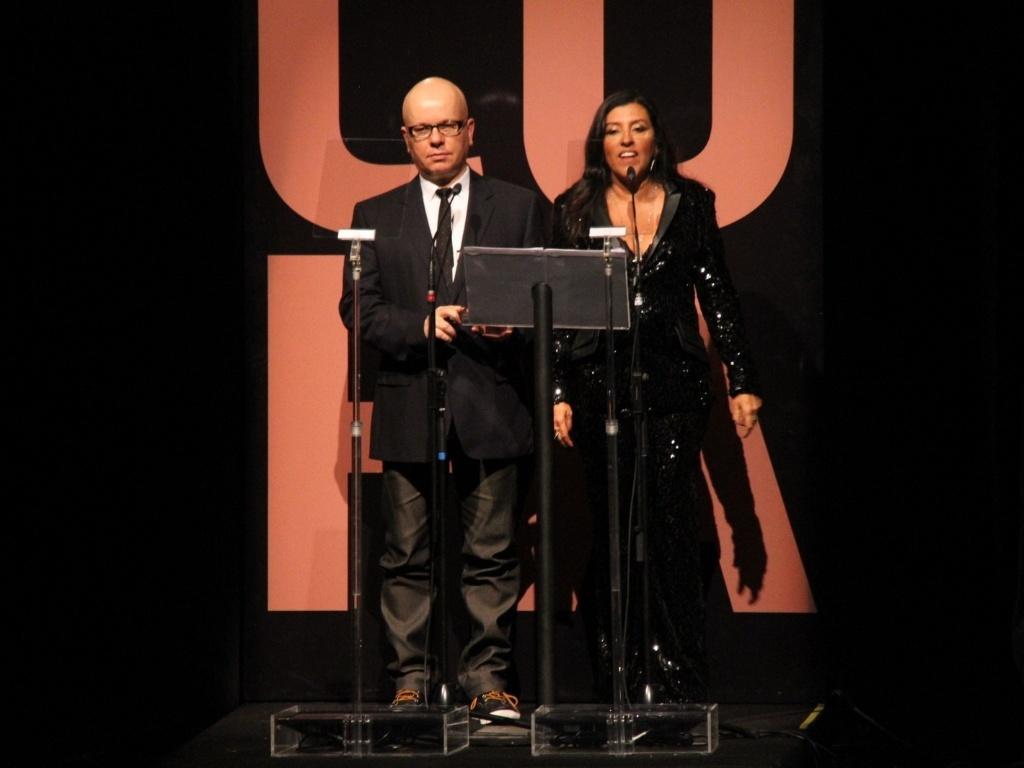 Marcelo Tás e Regina Casé foram os mestres de cerimônia do prêmio Anu Dourado 2012 (28/2/12)