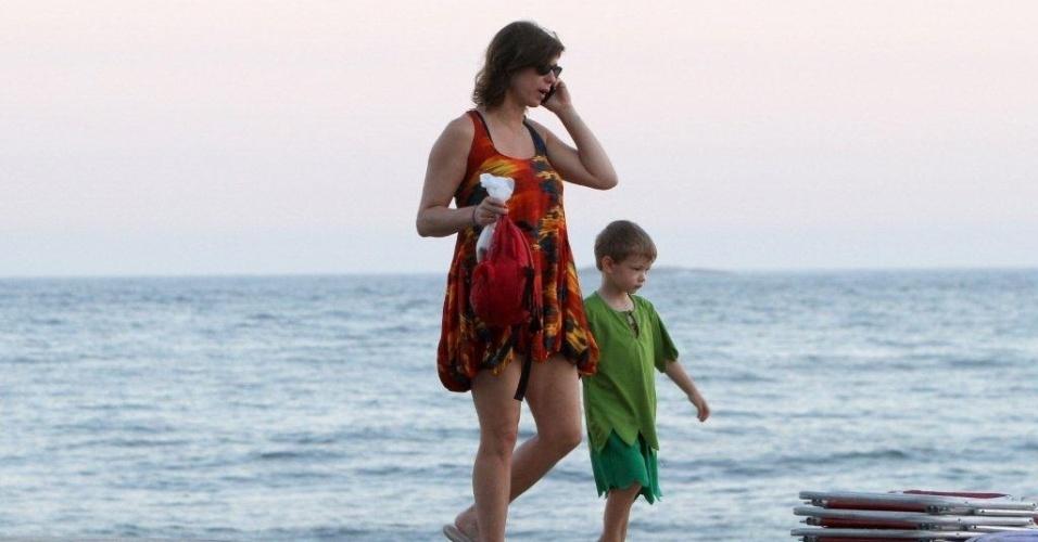 Maria Paula passeia com o filho, Felipe, pela orla da praia de Ipanema, zona sul do Rio (29/2/2012)