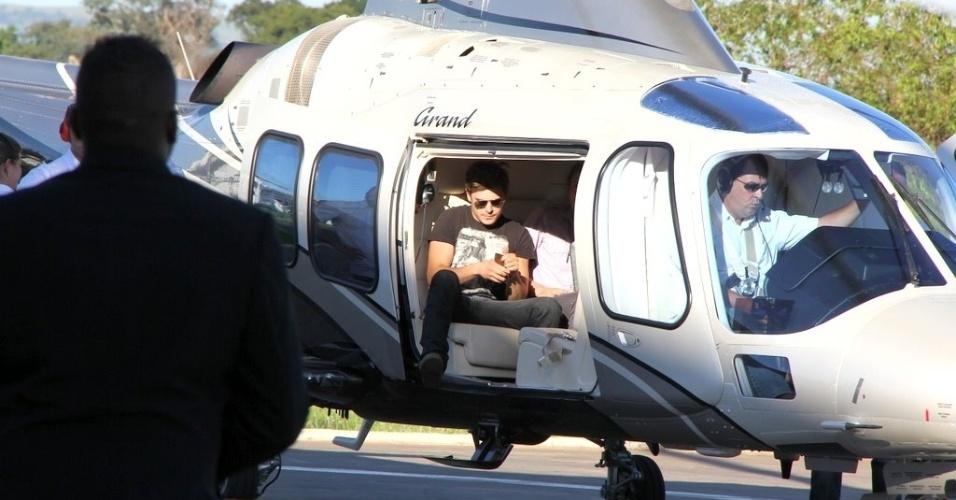 O ator Zac Efron desembarca em heliponto de Ribeirão Preto, em São Paulo. Logo depois, o ator causou tumulto ao cancelar presença em loja de São Paulo (28/2/12)