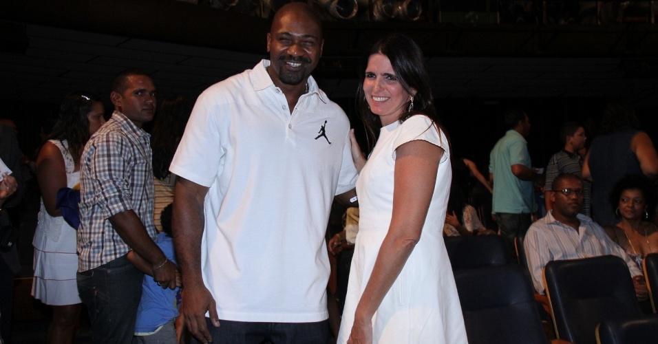O rapper MV Bill, um dos idealizadores da CUFA, e a atriz Malu Mader durante premiação no Rio de Janeiro (28/2/12)