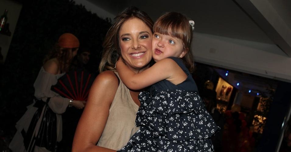 Rafaella Justus abraça a mãe, Ticiane Pinheiro, ao chegar ao aniversário de Gabriel, filho da apresentadora Chris Flores, em São Paulo (28/2/12)