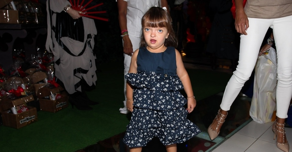 Rafaella Justus, filha de Ticiane Pinheiro e Roberto Justus, chega ao aniversário de Gabriel, filho da apresentadora Chris Flores, em São Paulo (28/2/12)