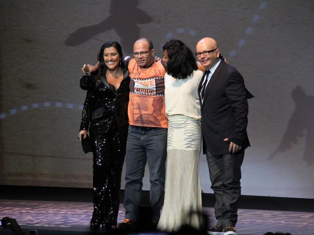 Regina Casé, Glória Maria e Marcelo Tás posam ao lado do representante do Cineperiferia, de Piauí, um dos homenageados na noite (28/2/12)