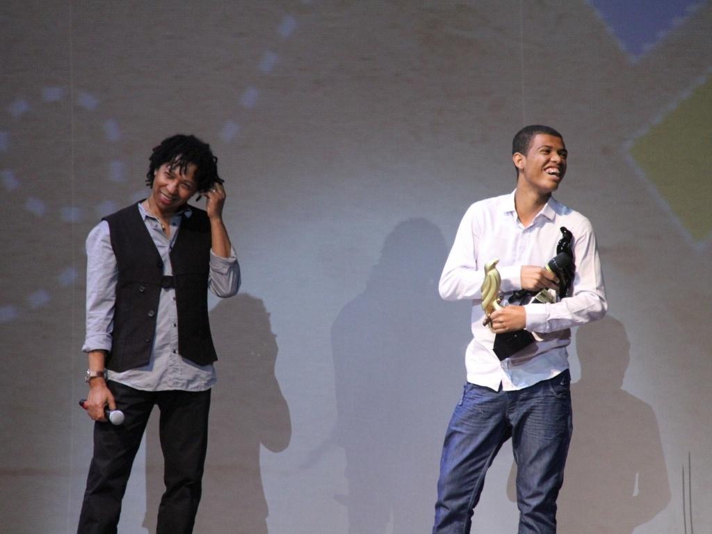 René Silva (dir.), morador do Morro do Alemão e responsável pelo projeto Voz das Comunidades, foi um dos homenageados na noite e recebeu o prêmio Anu Preto (28/2/12)