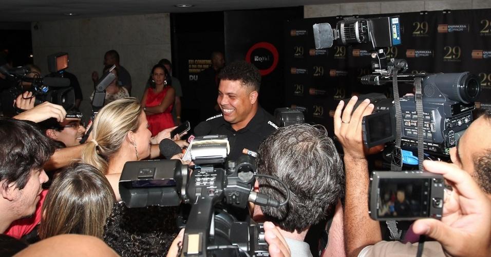 Garoto propaganda, Ronaldo atende jornalistas, ao chegar na comemoração em São Paulo (29/2/12)