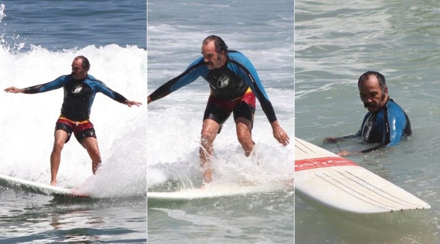 Humberto Martins surfa na praia da Macumba, na zona oeste do Rio de Janeiro (1/3/12)