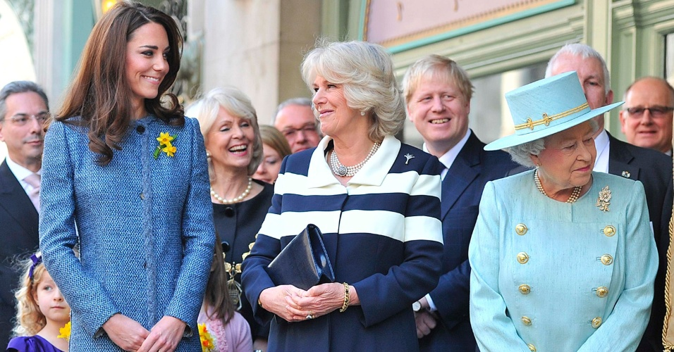 Kate Middleton, duquesa de Cambridge, comparece a evento em Londres acompanhada da madrasta do marido, príncipe Willian, Camilla Parker Bowles, e da Rainha Elizabeth 2ª (1/3/12)