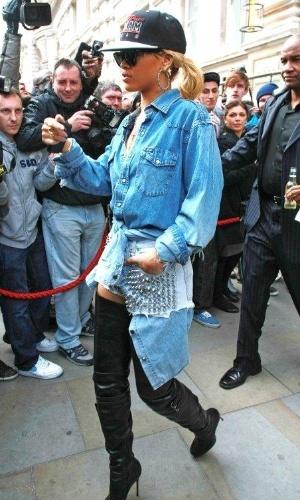 Rihanna causa tumulto ao deixar seu hotel em Londres para gravar participação em um programa de TV. A cantora estava usando botas de cano altíssimo, que cobriam quase toda sua perna (29/2/12)