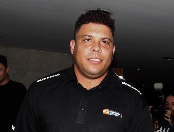 Ronaldo posa para fotos ao chegar para comemoração na casa noturna Royal Club, do empresário Marcus Buaiz (29/2/12)