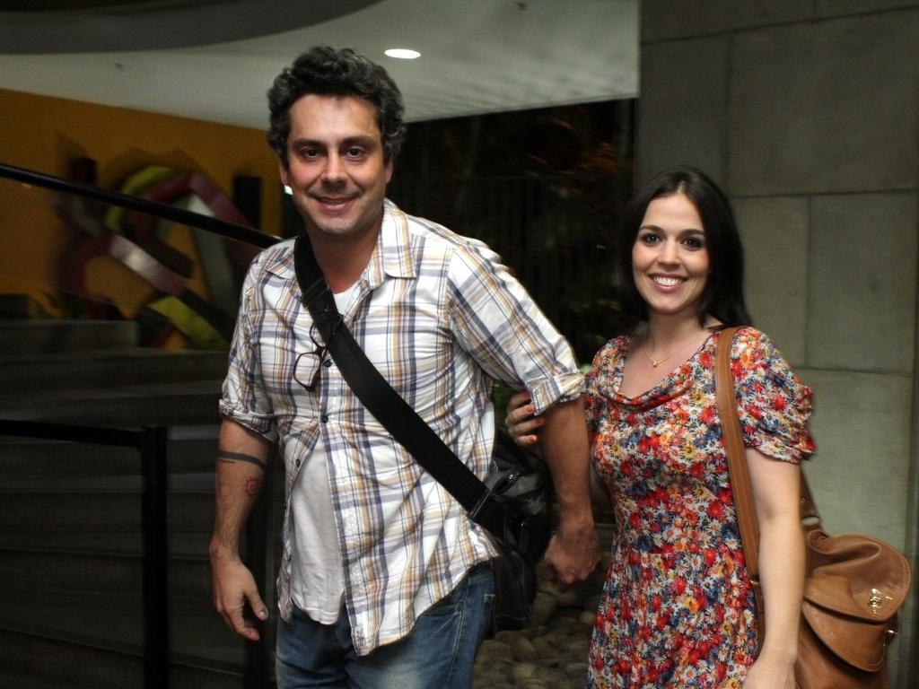 Alexandre Nero e a namorada, Keren Brustolin, prestigiam a estreia da peça