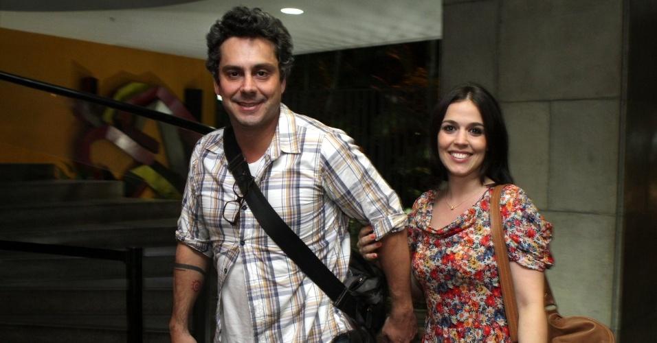 """Alexandre Nero e a namorada, Keren Brustolin, prestigiam a estreia da peça """"O que você gostaria que ficasse"""" em teatro da zona sul do Rio (2/3/2012)"""