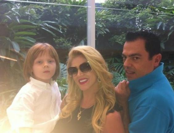 """Val Marchiori posta foto com o filho Eike e o cabeleireiro Marco Biaggi. A socialite comentou no microblog: """"Olhem o cabelo do meu filho Eike! De Ryco!!!"""" (3/3/12)"""