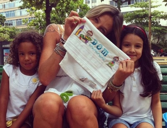 Luana Piovani mostra, no Twitter, foto do presente que ganhou para o filho Dom (4/3/12)