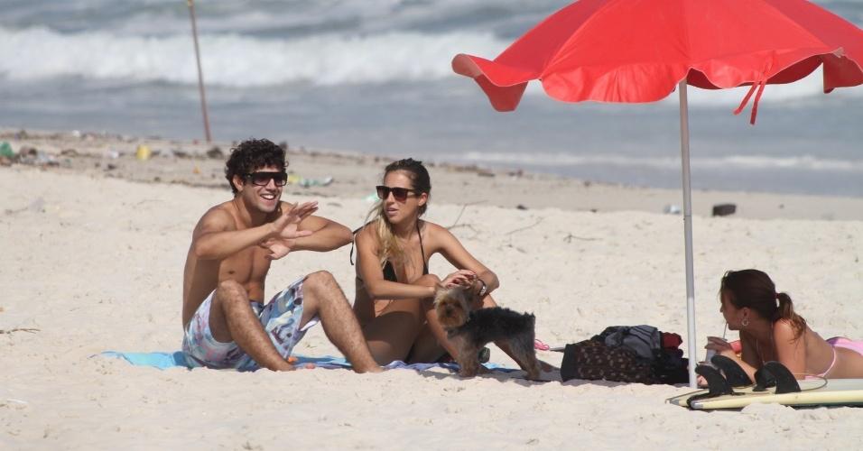 Caio Castro curte praia acompanhado de uma amiga no Rio (5/2/2012)