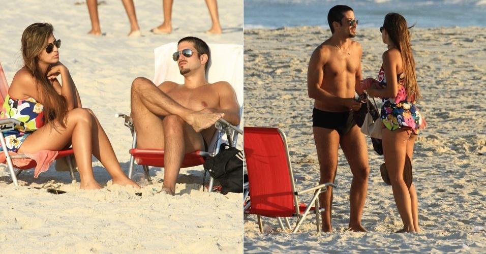 Marco Antônio Gimenez vai com morena à praia da Barra da Tijuca, na zona oeste carioca (5/3/12)