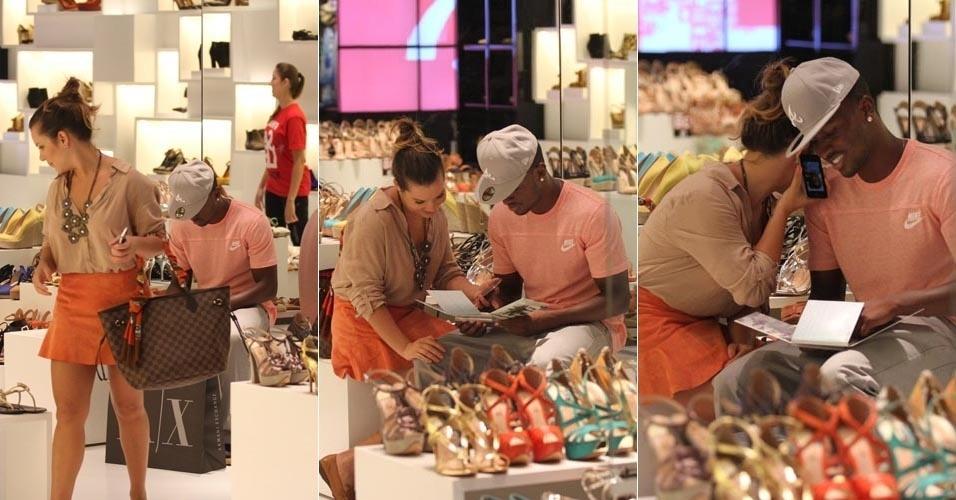 A atriz Fernanda Souza passeia com o namorado, o cantor Thiaguinho, em shopping no Rio de Janeiro (6/3/12)