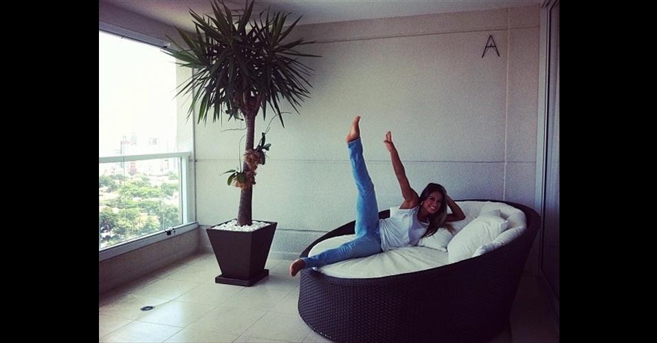 """A ex-BBB Mayra Cardi postou em seu Twitter uma foto com a perna para o alto. Na mensagem, disse: """"Lar doce lar!!!! É bom viajar mas voltar p onde amamos Nao tem preço!"""""""