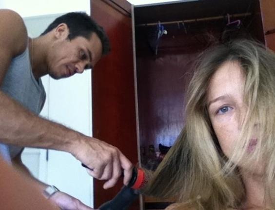 No Twitter, Luana Piovani posta foto em que aparece fazendo escova para ensaio fotográfico (6/3/12)