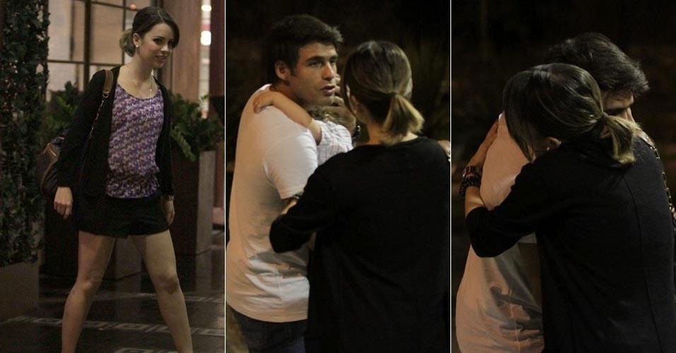 Após jantar na zona sul do Rio de Janeiro, Sandy deu um abraço no ator Raoni Carneiro (6/3/12)