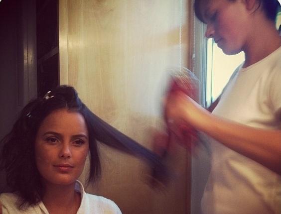 Luciele Di Camargo posta foto no Twitter enquanto faz escova (7/3/12)