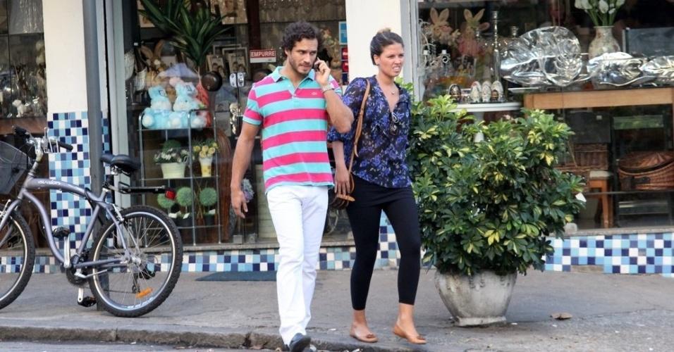 Paulo Rocha passeia por rua do Leblon, zona sul do Rio, acompanhado da namoradora (7/3/2012)