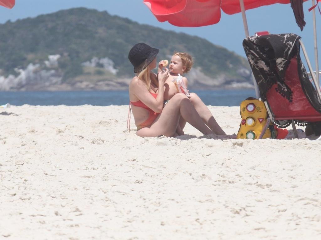 Danielle Winists curte praia com o filho, Guy, na Barra da Tijuca, zona oeste do Rio (8/3/2012). O menino é fruto da união da atriz com o ator Jonatas Faro. Danielle também é mãe de Noah