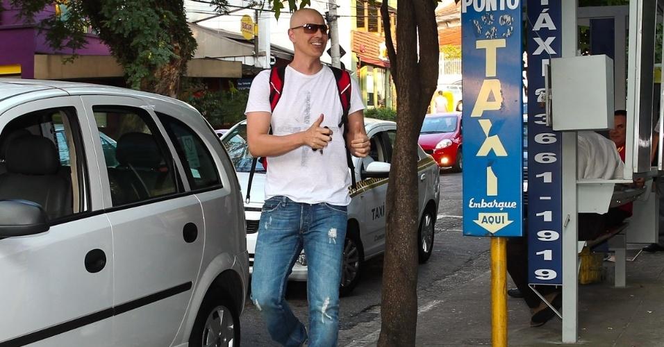 Fazendo sinal para os fotógrafos, Gianecchini chega animado para o ensaio. Ele irá voltar aos palcos em 13 de março (8/3/12)