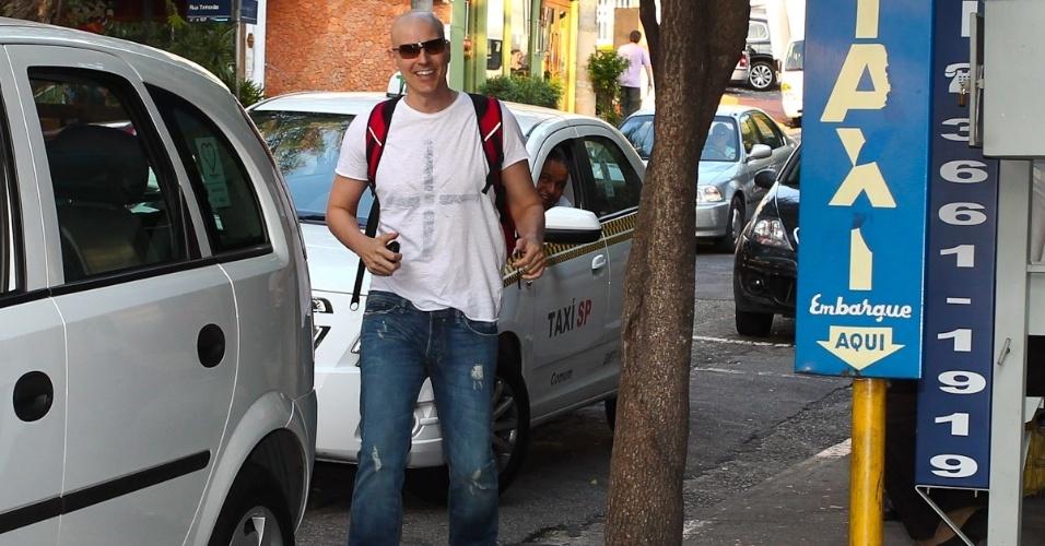 O ator Reynaldo Gianecchini foi flagrado chegando para o ensaio da peça