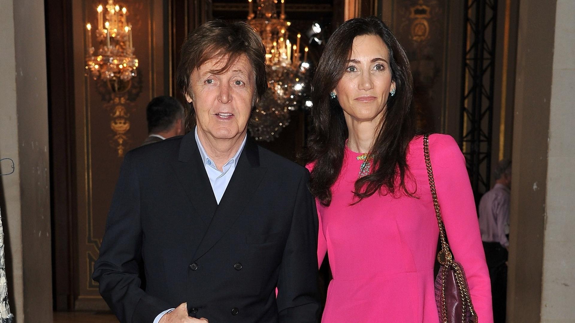 Paul McCartney e a mulher Nancy Shevell viajaram para a capital francesa para assistir ao desfile da filha do ex-Beatle, Stella McCartney, durante a Semana de Moda de Paris (6/2/12)