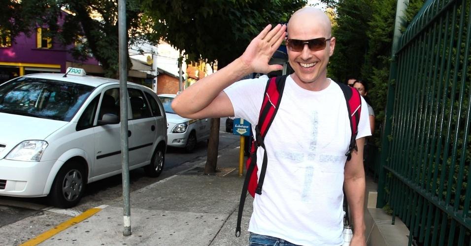 Reynaldo Gianecchini acena para fotógrafos na entrada do teatro Faap (8/3/12)