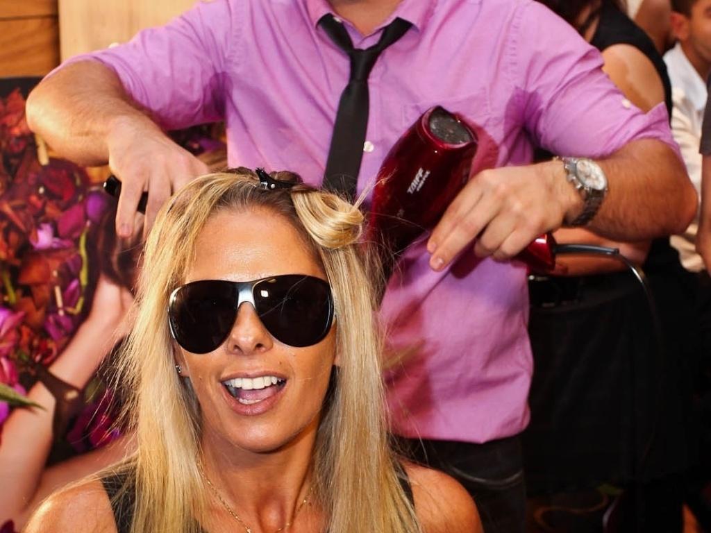 Adriane Galisteu visita o estande do Espaço Be, no CasaModa Noiva, em São Paulo (9/3/2012). A apresentadora aproveitou para se maquiar e cuidar dos cabelos