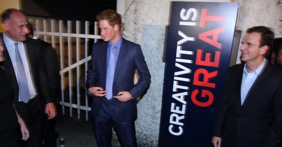 """O príncipe Harry posa para fotos na festa de lançamento da campanha """"Great"""" no Pão de Açúcar, na Urca, Rio de Janeiro (9/3/12)"""