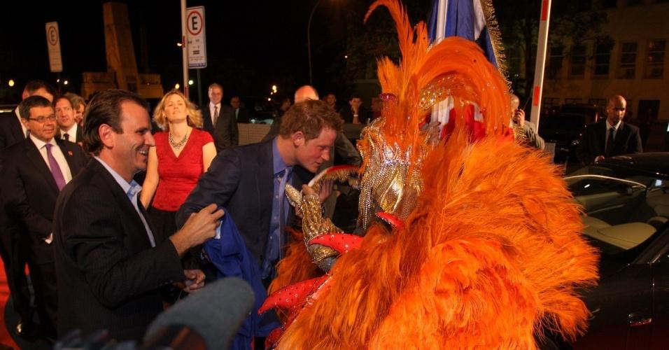 """Príncipe Harry beija mão de porta-bandeira na festa de lançamento da campanha """"Great"""" no Pão de Açúcar, na Urca, Rio de Janeiro (9/3/12)"""