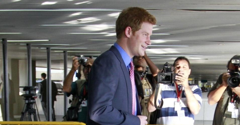 Príncipe Harry desembarca no aeroporto do Galeão, no Rio de Janeiro. A visita faz parte das comemorações do Jubileu de Diamante em comemoração aos 60 anos do reinado de sua avó, a rainha Elizabeth II (9/3/12)