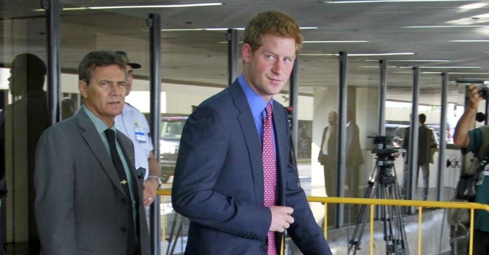Príncipe Harry desembarca no aeroporto do Galeão, no Rio de Janeiro. É a primeira vez que o  neto da Rainha Elizabeth II visita o Brasil (9/3/12)