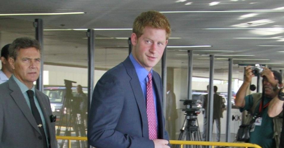 Príncipe Harry desembarca no aeroporto do Galeão, no Rio de Janeiro. Ele deve se hospedar no Hotel Windsor, no Leme, onde comerá lagostim, medalhão de vitela e mousse de cupuaçu (9/3/12)