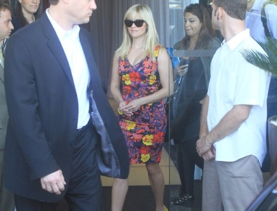 """Reese Whitherspoon  sai do hotel Fasano e segue para apresentação do filme """"Guerra é Guerra"""" para imprensa no Rio de Janeiro (9/3/12)"""