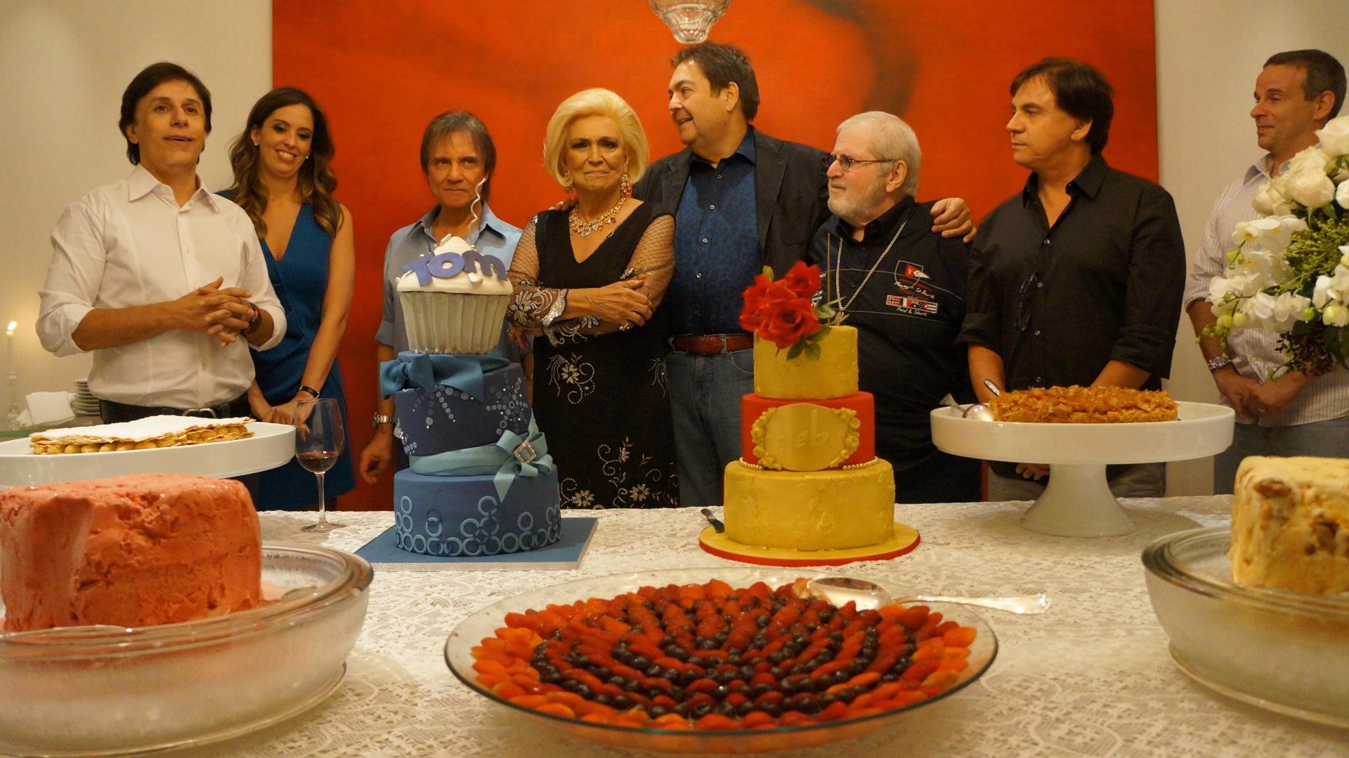 Tom Cavalcante comemorou a chegada aos 50 anos em um jantar na noite da quinta-feira (8/3/12). Hebe Camargo, que faz aniversário na mesma data, prestigiou a comemoração e ganhou um bolo do humorista. Jô Soares, Faustão e Roberto Carlos também compareceram