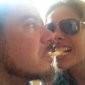 A apresentadora Adriane Galisteu postou no Twitter uma foto com o marido, o estilista Alexandre Iódice, dividindo uma batata frita. Galisteu comentou sobre a foto: