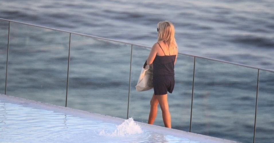 A atriz Reese Witherspoon refresca-se com água de coco durante banho de sol em piscina de hotel, no Rio de Janeiro (9/3/12)
