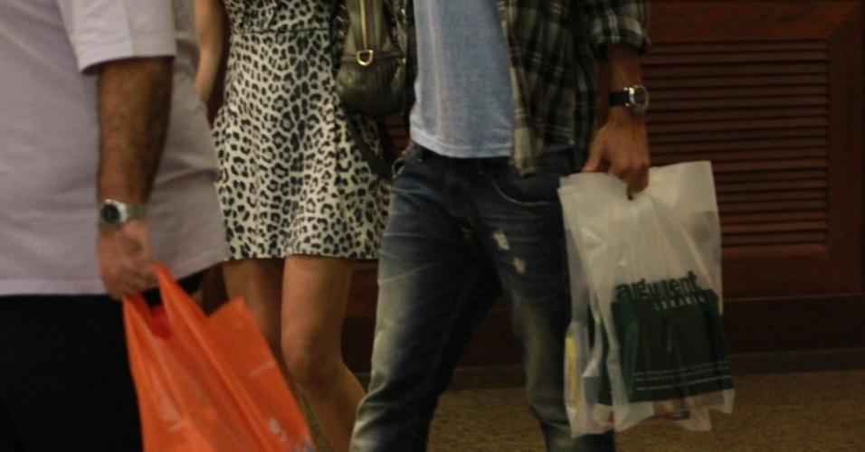 A atriz Stephany Britto passeia com o namorado em shopping na Barra da Tijuca. O casal jantou em um restaurante japonês e compraram alguns livros em uma livraria do local (10/3/12)